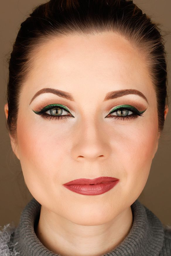 green cat eye makeup, Vice palette, Mac Faux lipstic, Mac Half Red lip liner,