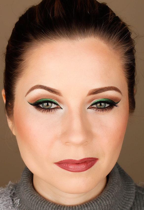 green cat eye makeup, Vice palette, Mac Faux lipstic, Mac Half Red lip liner,